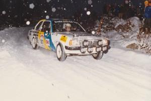 lars-erik torph i en vit Opel körandes i snön