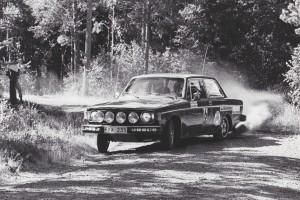lars erik torph kommer körandes i en Volvo