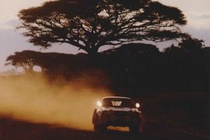 lars-erik torph kör i solnedgången, med ett stort sandmoln bakom sig.