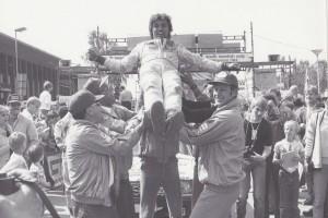 lars-erik torph vinnaren blir hissad av sina lagkamrater